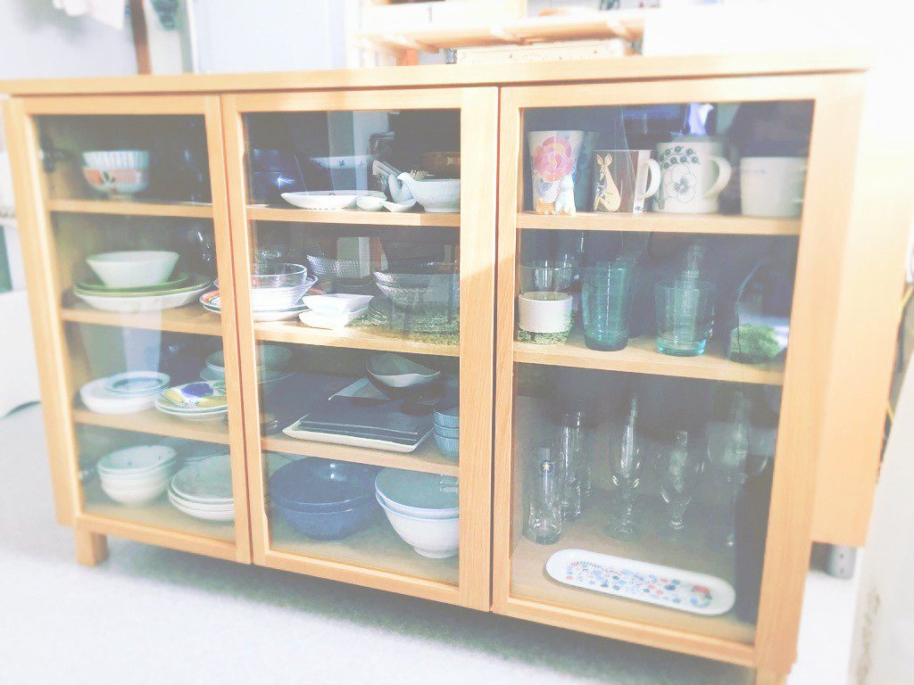 طراحی دکوراسیون داخلی با شیشه بین کابینتی