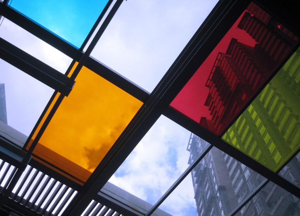 شیشه های رنگی و زیبایی و نشاط محیط
