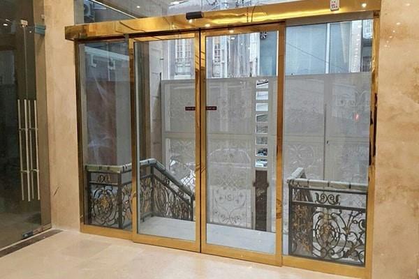 مزایای استفاده از درب اتوماتیک شیشه ای برای جداسازی محیط اداری و اتاق مدیریت
